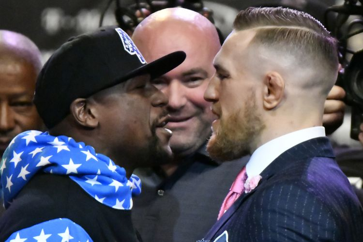 Floyd Mayweather Jr (kiri) untuk pertama kalinya berhadapan muka dengan petarung UFC Conor McGregor dalam jumpa pers di Staples Center, Los Angeles, California, 11 Juli 2017. Mereka akan beradu kekuatan di atas ring tinju pada 26 Agustus 2017 di Las Vegas, Nevada.