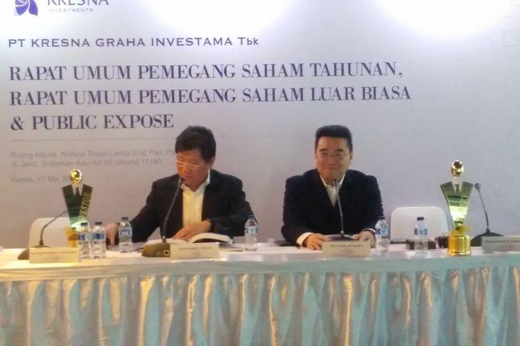 Direktur Utama PT Kresna Graha Investama Tbk, Michael Steven didampingi Direktur Kresna Graha Investama Suryandy Jahjadalam konferensi pers di Kresna Tower, Jakarta, Kamis (17/5/2018).