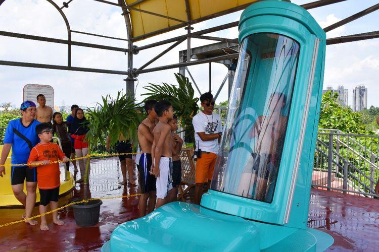 Wahana seluncur Sky Box di Atlantis Water Adventure, Ancol.