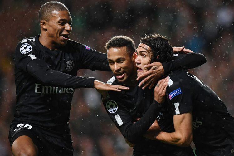 Kylian Mbappe dan Neymar merayakan gol Edinson Cavani saat PSG unggul 3-0 pada babak pertama kontra Celtic FC dalam matchday 1 Liga Champions di Celtic Park, Selasa (12/9/2017).