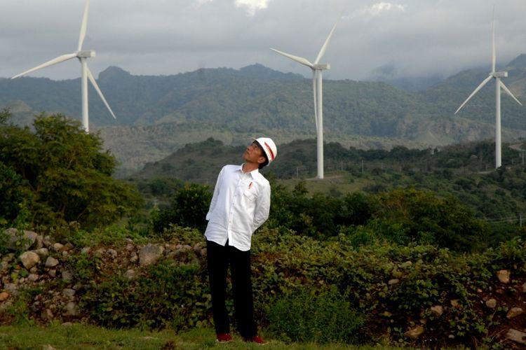 Presiden Joko Widodo memperhatikan turbin kincir angin usai meresmikan Pembangkit Listirk Tenaga Bayu (PLTB) di Desa Mattirotasi, Kabupaten Sidrap, Sulawesi Selatan, Senin (2/7/2018). Presiden Joko Widodo meresmikan PLTB dengan kapasitas 75 megawatt yang akan membantu pasokan listrik di Wilayah Sulselbar dengan kekuatan putaran 30 buah turbin kincir angin.