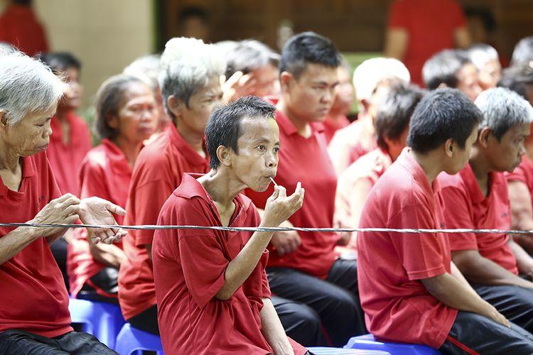 Penyandang disabilitas mental antre saat akan menggunakan hak pilihnya di TPS Panti Sosial Bina Laras Harapan Sentosa 1 Cengkareng, Jakarta Barat, DKI Jakarta, Rabu (17/4/2019).