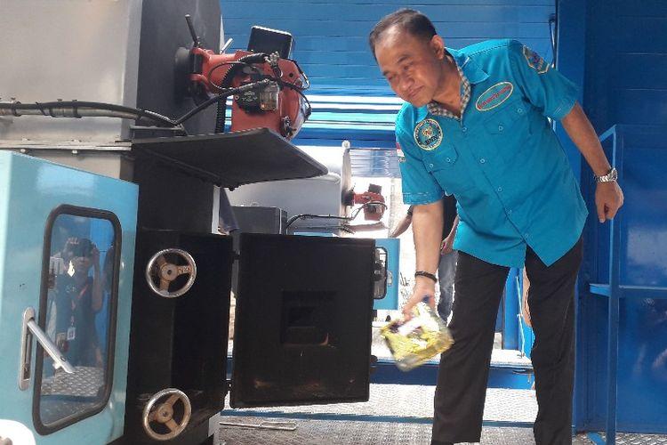 Kepala BNN Komjen Heru Winarko memasukkan barang bukti narkoba ke mesin incinerator untuk dimusnahkan, Jumat (28/6/2019).