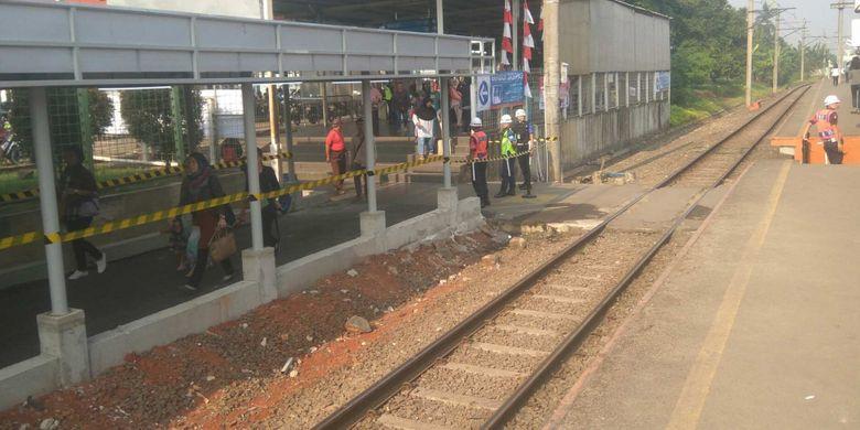 Petugas keamanan menutup akses penyeberangan rel di Stasiun Sudimara, Senin (7/8/2017).
