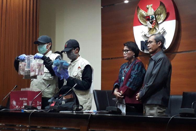Komisi Pemberantasan Korupsi menetapkan Bupati Subang Imas Aryumningsih sebagai tersangka kasus suap. Rabu (14/2/2018).