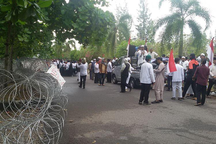 Massa berunjuk rasa di kantor Bawaslu Kepulauan Bangka Belitung, Kamis (16/5/2019).