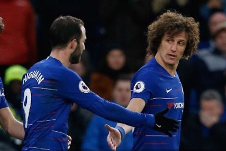 Gonzalo Higuain dan David Luiz merayakan gol pada laga Chelsea vs Huddersfield Town dalam lanjutan Liga Inggris di Stadion Stamford Bridge, 2 Februari 2019.
