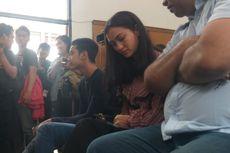 Atiqah Hasiholan Harap-harap Cemas di Sidang Putusan Ratna Sarumpaet
