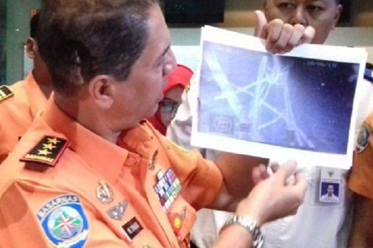 Kepala Basarnas Marsekal Madya M Syaugi menunjukan lokasi ditemukannya objek KM Sinar Bangun yang tenggelam di Danau Toba, Sumatera Utara, dalam konfresi pers di kantor Pusat Badan SAR, Kemayoran, Jakarta Pusat, Kamis (28/6/2018).