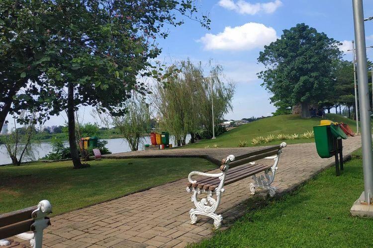 Suasana asri di Taman Waduk Ria Rio Pulomas, Jakarta Timur.