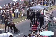 Ketika Paus Fransiskus Menolong Polisi yang Jatuh dari Kuda di Chile