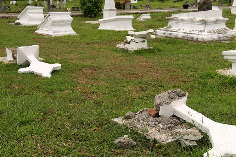 13 nisan makam serdadu Belanda di komplek Kerkhof Peucut yang berada di belakang Museum Tsunami Aceh di Kota Banda Aceh rusak.