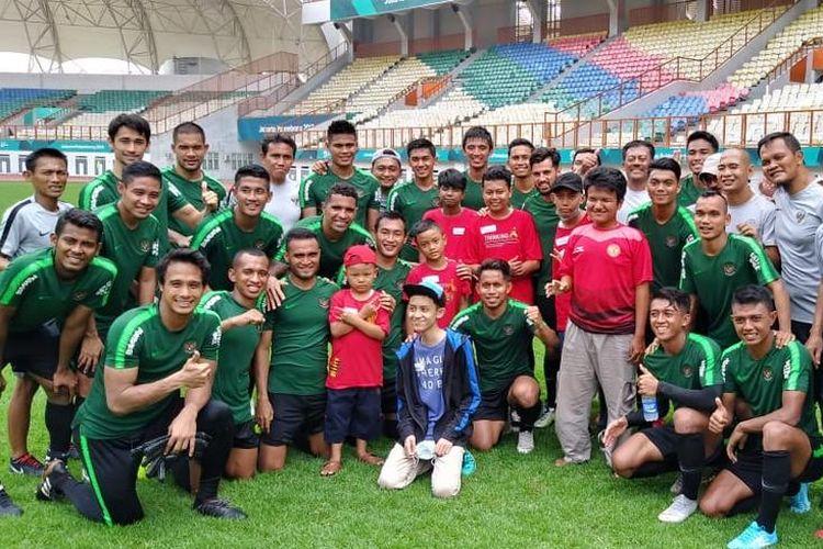 Mimpi Azka, Dimas, Syachri, Ryan, Betran, dan Yasa, terwujud hari ini, Senin (5/11/2018) berfoto bersama para penggawa timnas senior sepak bola Indonesia di Stadion Wibawa Mukti