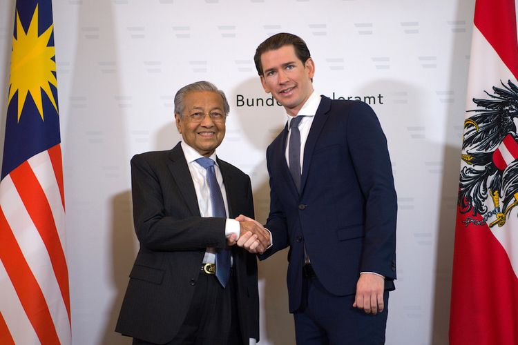 Perdana Menteri Malaysia Mahathir Mohamad (kiri) ketika bertemu Kanselir Austria Sebastian Kurz di Vienna Senin (21/1/2019). Pertemuan itu menjadi sejarah karena keduanya saat ini merupakan pemimpin termuda dan tertua di dunia.