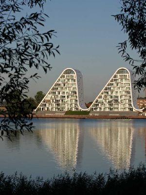 The Wave dibangun sejak 2006, namun karena krisis finansial yang terjadi pada 2008, pembangunan proyek ini terganggu.