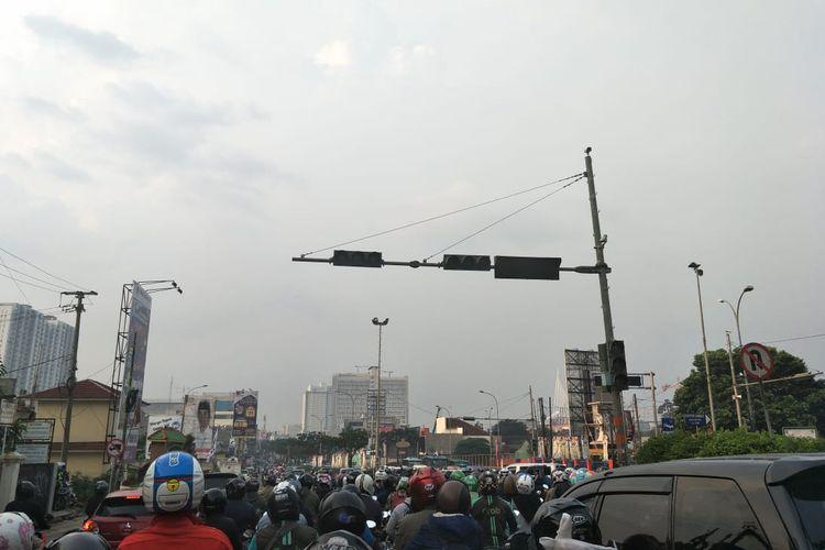Lampu lalu lintas di Jalan Margonda padam, Rabu (10/4/2019).
