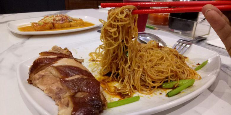 Travel - Chicken Mi Soya Sauce, hidangan andalan di Howker Chan resto. Hidangan inilah yang mendapatkan Michelin Star pada Oktober 2016 di Singapura.