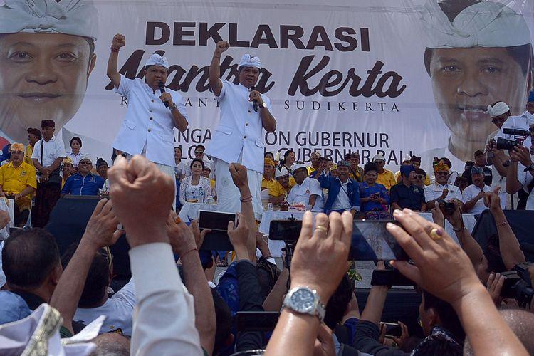 Bakal Calon Gubernur Bali Ida Bagus Rai Dharmawijaya Mantra (kiri) dan Calon Wakil Gubernur Bali Ketut Sudikerta berorasi di hadapan massa pendukung saat deklarasi sekaligus pendaftaran ke KPU Provinsi Bali, di Denpasar, Bali, Selasa (9/1/2018). Pasangan bakal calon Mantra-Kerta diusung Koalisi Rakyat Bali yang terdiri dari Partai Golkar, Demokrat, Gerindra, NasDem, PKS dan Perindo untuk maju dalam Pemilihan Kepala Daerah (Pilkada) Bali 2018.