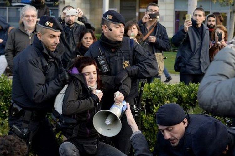 Polisi Catalonia berusaha memindahkan para pemrotes yang menutup jalan-jalan kota.