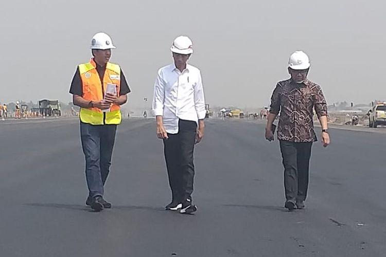Presiden Joko Widodo, Jumat (21/6/2019) pagi, blusukan ke proyek pengerjaan runway di Bandar Udara Internasional Soekarno-Hatta.   Yang menarik dari blusukannya kali ini adalah, hari ini merupakan hari ulang tahun ke-58 dari Presiden Jokowi.