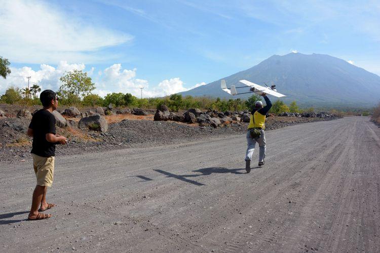 Tim gabungan menerbangkan drone atau pesawat pengintai tidak berawak, di Desa Kubu, Kabupaten Karangasem, Bali, Rabu (11/10/2017). Tim gabungan menggunakan tiga unit drone untuk melakukan survei sekaligus memantau langsung kondisi Gunung Agung.