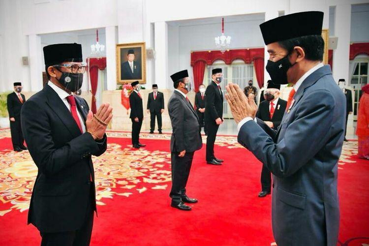 Presiden Joko Widodo mengucapkan selamat usai melantik Sandiaga Uno sebagai Menteri Pariwisata dan Ekonomi Kreatif