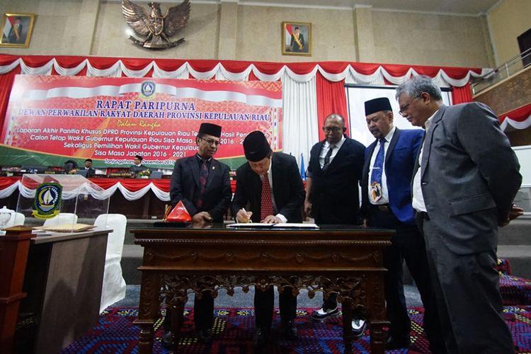Isdianto, wakil gubernur terpilih menandatangani hasil Pansus yang dilakukan DPRD Kepri.