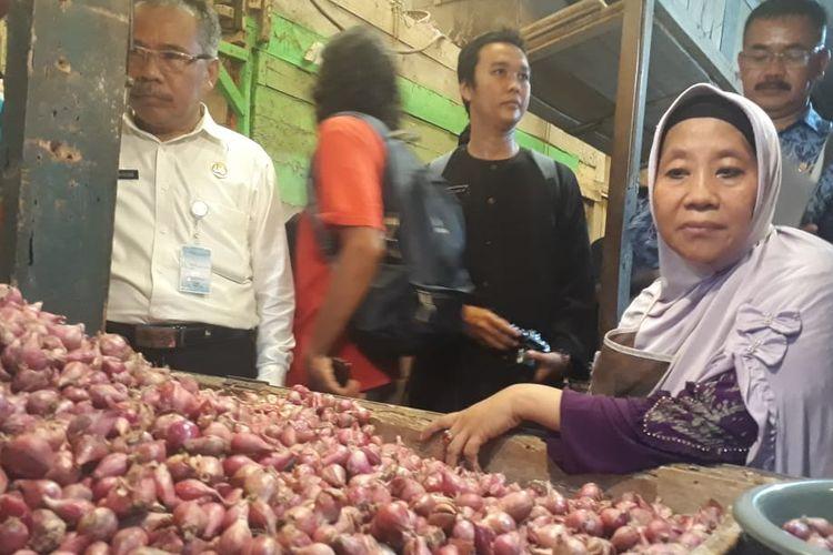 Pedagang bawang di Pasar Pancasila, Kota Tasikmalaya, Kamis (9/5/2019).