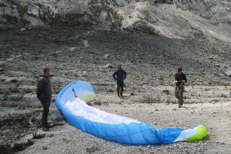 Tim penerbang paralayang dari Afrika Selatan, Pierre Carter dan Nico Hickley mendarat di Lembah Kuning, Gunung Carstensz di ketinggian 4.300 meter di atas permukaan laut, Papua, Selasa (11/12). Pencapaian Pierre dan Nico memecahkan rekor sebagai penerbang pertama menggunakan paralayang dari Gunung Carstensz.