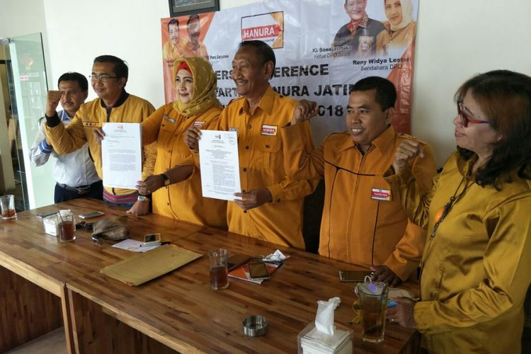 Pengurus Hanura Jatim versi Daryatmo menunjukan SK pembentukan pengurus hasil Munaslub 2018