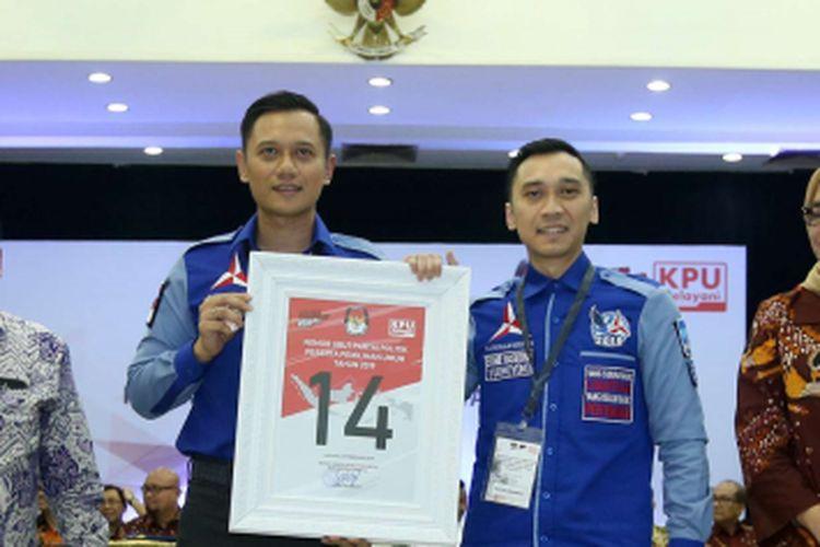 Komandan Kogasma Partai Demokrat Agus Harimurti Yudhoyono (kiri) menunjukkan nomor urut 14 saat Pengambilan Nomor Urut Partai Politik untuk Pemilu 2019 di Gedung Komisi Pemilihan Umum (KPU), Minggu (18/2/2018). Empat belas partai politik (parpol) nasional dan empat partai politik lokal Aceh lolos verifikasi faktual untuk mengikuti Pemilu 2019.