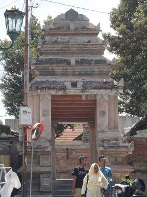 Pintu gerbang masuk kompleks Masjid Gede Mataram dan makam raja-raja Mataram.