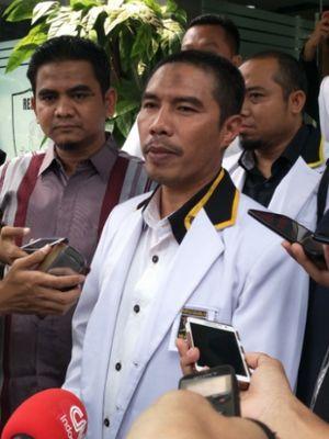Ketua Dewan Pimpinan Wilayah (DPW) PKS DKI Jakarta Sakhir Purnomo membawa 13 barang bukti saat menjalani pemeriksaan di Mapolda Metro Jaya, Jumat (4/5/2018).
