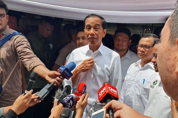 Calon presiden nomor urut 01 Joko Widodo usai kampanye di Sirkuit Sentul, Bogor, Jumat (12/4/2019).