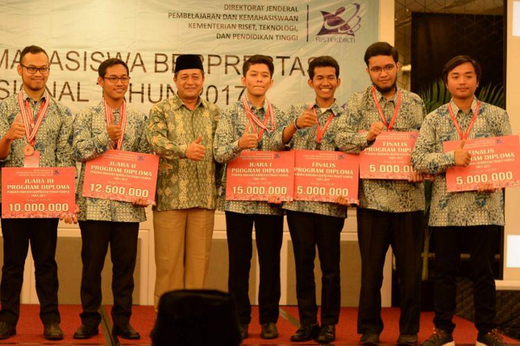 Mahasiswa berprestasi mendapatkan penghargaan dari Kemenristek Dikti.