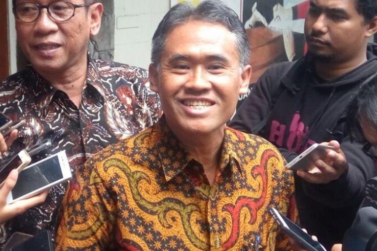 Rektor UGM Panut Mulyono saat menemui wartawan usai memberikan penjelasan kepada Ombudsman RI perwakilan DIY
