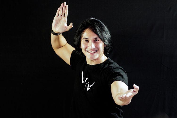 Vino G Bastian menjalani pemotretan sesudah diwawancara terkait promosi film Wiro Sableng Pendekar Kapak Maut Naga Geni 212 di kantor Redaksi Kompas.com, Jalan Palmerah Barat, Jakarta Barat, Kamis (9/8/2018).