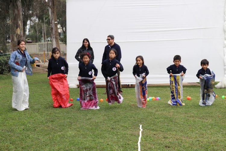 Lomba balap karung memeriahkan acara Hari Olahraga Nasional, HUT RI ke-74, sekaligus merayakan hari Anak Nasional di Circulo Militar Salaverry Lima, Peru, Peru, Sabtu (13/7/2019).