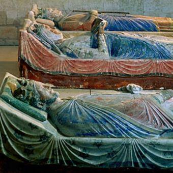 Makam Eleanor dari Aquitaine terletak di antara putranya, Richard I, dan suami keduanya, Henry II, di pemakaman biara di Fontevrault-lAbbaye, Perancis. (Erich Lessing/Art Resource, New York)