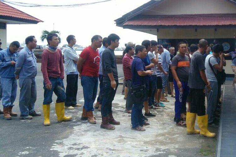 Para Tenaga Kerja Asing (TKA) asal China yang tidak memiliki dokumen keimigrasian saat diamankan di Mako Ditpolair Polda Kalbar (2/10/2017)