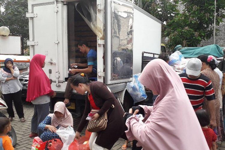 Para warga Kelurahan Rawa Buaya menukar kupon pangan murah di RPTRA Intiland Teduh Rawa Buaya pada Rabu (14/2/2018).