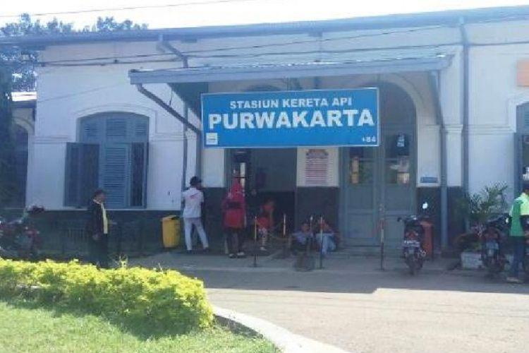 Stasiun kereta api terletak di Jalan Kornel Singawinata No 1 Purwakarta. Stasiun ini dibangun tahun 1902 bersamaan dengan pembangunan jalur baru KA dari Batavia (Jakarta)-Bandung. Jalur baru ini melewati Cikampek-Purwakarta.