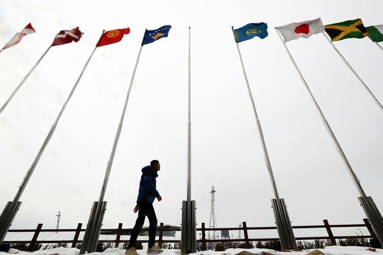 Tiang untuk memasang bendera Korea Utara masih kosong, sementara bendera negara lain telah terpasang. Foto diambil pada Rabu (31/1/2018).