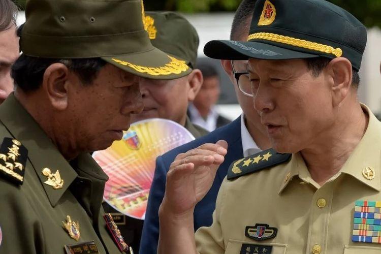 Menteri Pertahanan China Wei Fenghe (kanan) saat bertemu dengan Menteri Pertahanan Kamboja Tea Banh dalam eksebisi militer di Phnom Penh.