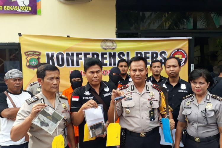 Polis menunjukan barang bukti aksi pembegalan yang dilakukan geng motor di Pondok Gede, Kota Bekasi, Rabu (25/07/2018).