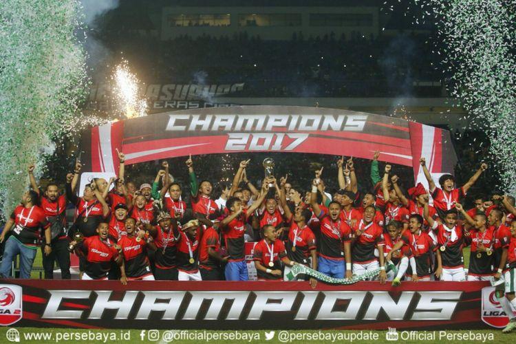 Para pemain Persebaya Surabaya merayakan gelar juara Liga 2 setelah mengalahkan PSMS Medan dengan skor 3-2 pada laga final di Stadion GBLA, Selasa (28/11/2017).