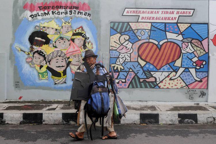 Pesan Damai - Sebuah mural yang berisi dan membawa pesan damai menghiasi tembok di Lamper Kidul, Kota Semarang, Jawa Tengah, Selasa (7/2/2017). Mural tersebut membawa pesan damai di tengah keberagaman masyarakat yang saat ini rentan dengan isu SARA dari media sosial.