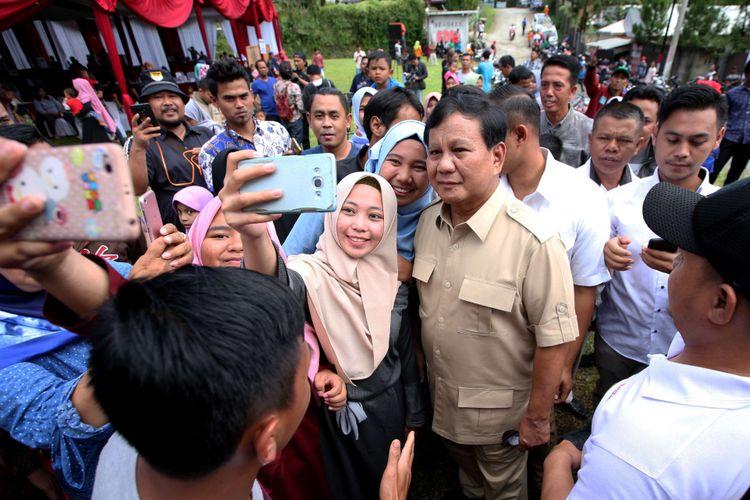 Ketua Umum Partai Gerindra, Prabowo Subianto, berfoto bersama warga usai menggunakan hak pilihnya dalam pemilihan kepala daerah (Pilkada) Serentak 2018 di TPS 17, Desa Bojong Koneng, Kecamatan Babakan Madang, Kabupaten Bogor, Rabu (27/06/2018). Pilkada serentak kali ini diikuti 17 provinsi, 115 kabupaten dan 39 kota.