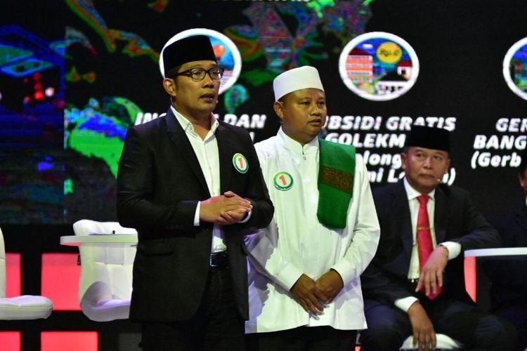 Pasangan nomor urut 1 pada Pilkada Jabar 2018, Ridwan Kamil dan Uu Ruzhanul Ulum (Rindu), saat hadir dalam acara debat publik di Gedung Sabuga, Bandung, Senin (12/3/2018) malam.