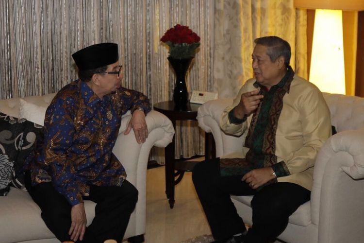 Ketua Umum Partai Demokrat dan Ketua Majelis Syuro Partai Keadilan Sejahtera (PKS) Salim Segaf Al-Jufri berbincang dalam pertemuan kedua petinggi parpol di Hotel Gran Melia, Jakarta, Senin (30/7/2018) malam.